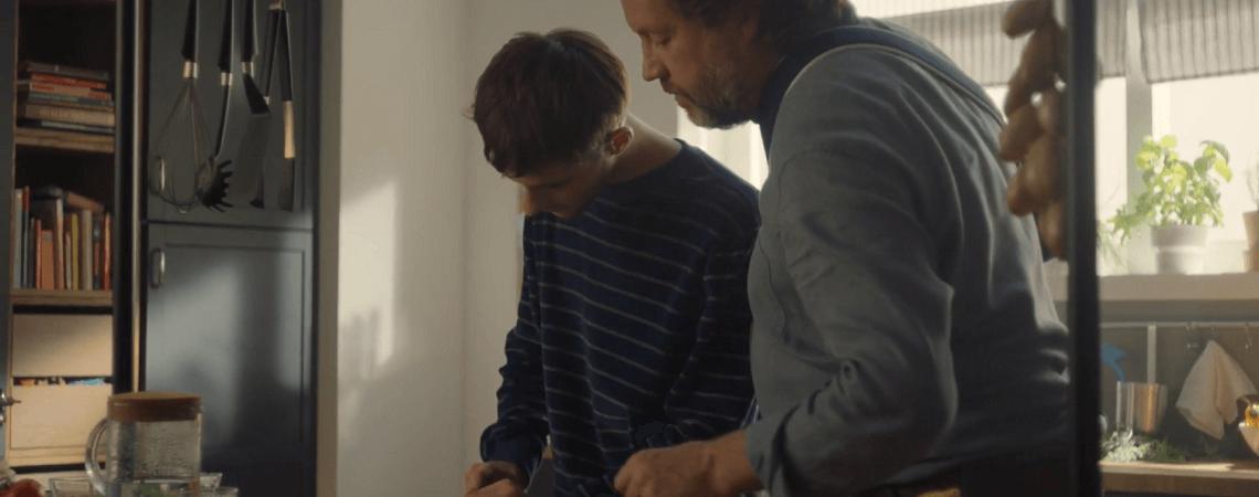 Vater und Sohn beim Kochen