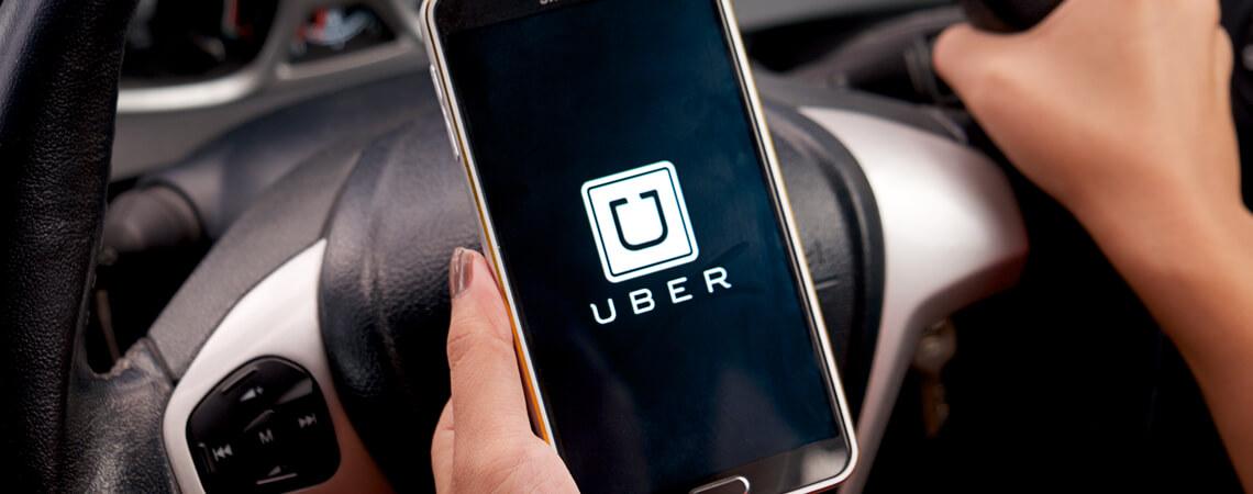 Geöffnete Uber-App am Steuer