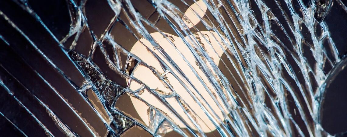 Apple-Logo hinter zerbrochener Scheibe