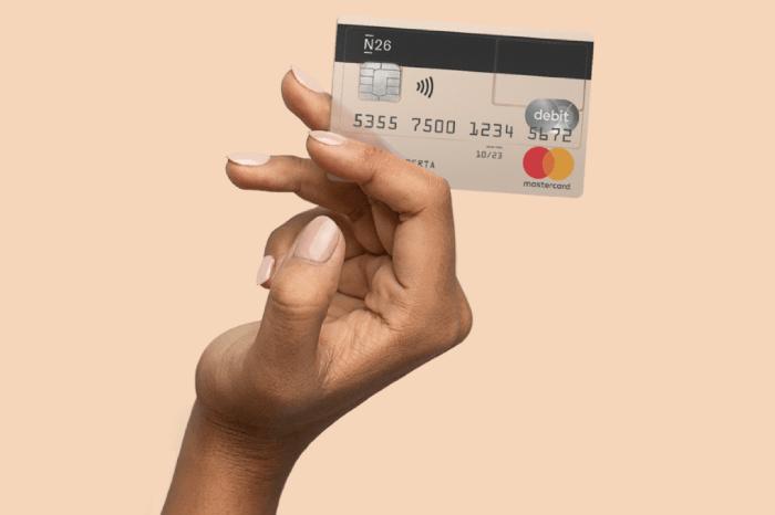 Hand mit N26 Karte