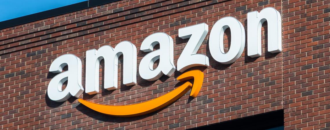 Amazon-Logo auf einer Hauswand