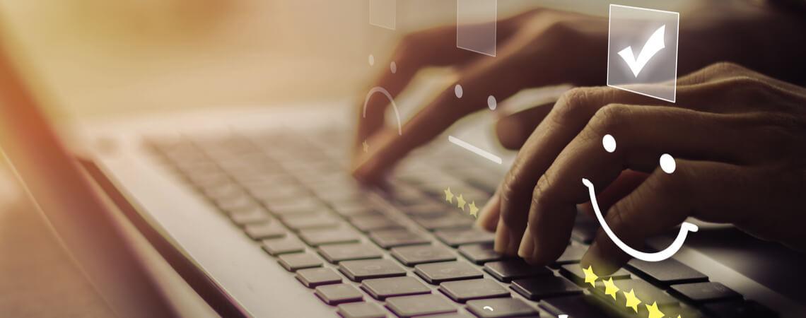 Hände vor Laptop, Bewertungssmileys