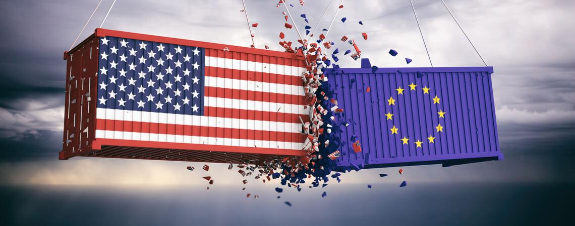 Container mit EU- und USA-Flagge im Konflikt