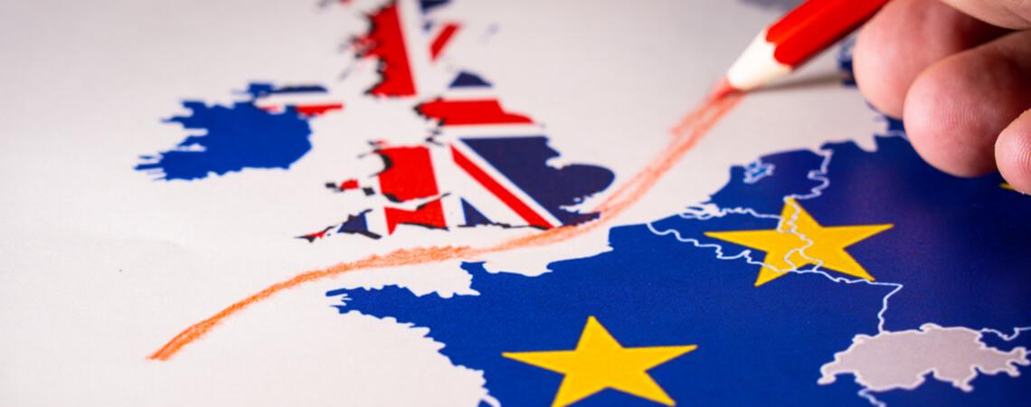 Hand zeichnet rote Linie zwischen UK und EU auf Karte