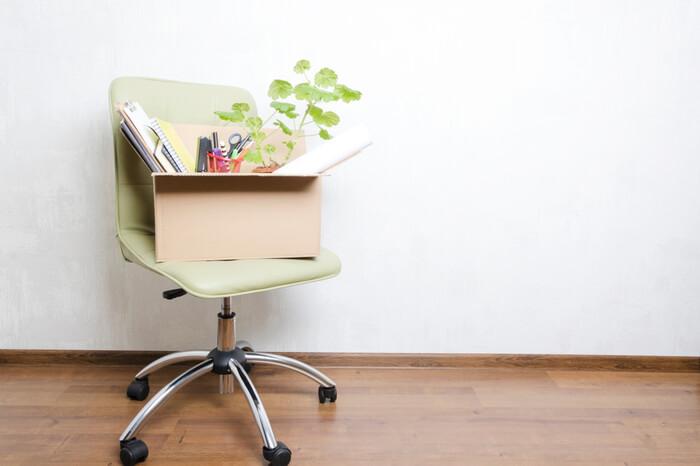 Bürostuhl mit Karton