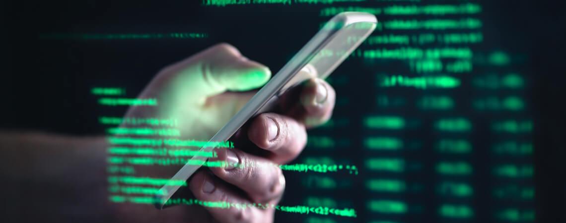 Hand mit Smartphone im Darkweb