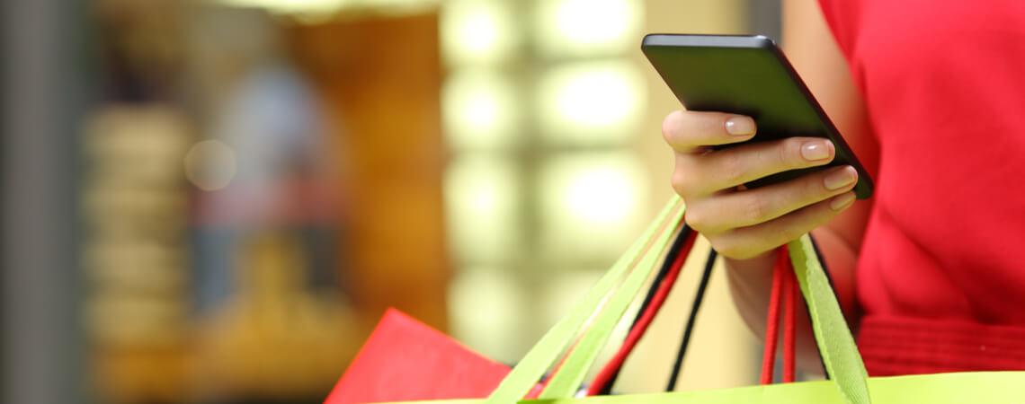 Frau beim Einkauf mit Smartphone