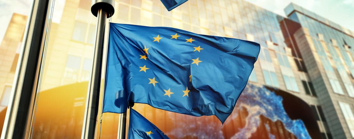 EU-Flagge zur Omnibus-Richtlinie
