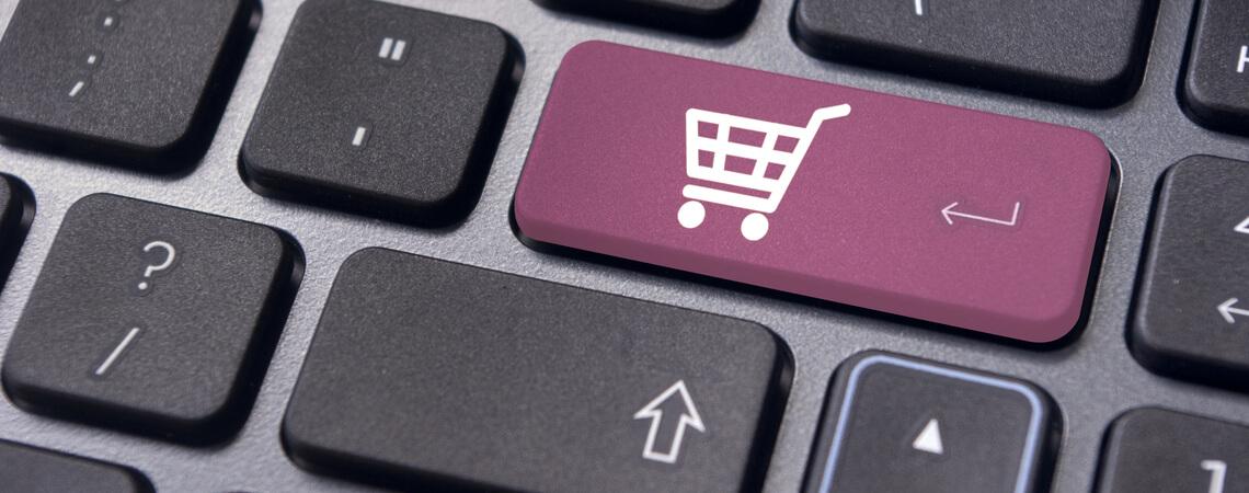 Laptop mit Einkaufsbeutel