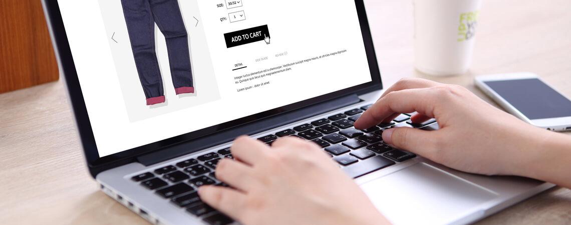 Person kauft am Notebook online ein