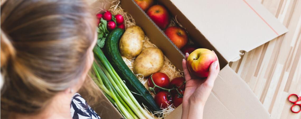 Frau mit online gekauften Lebensmitteln