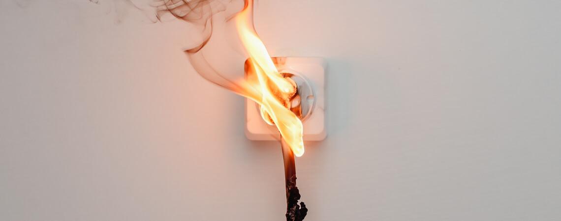 Unsicheres Produkt: Brennender Stecker in einer Steckdose