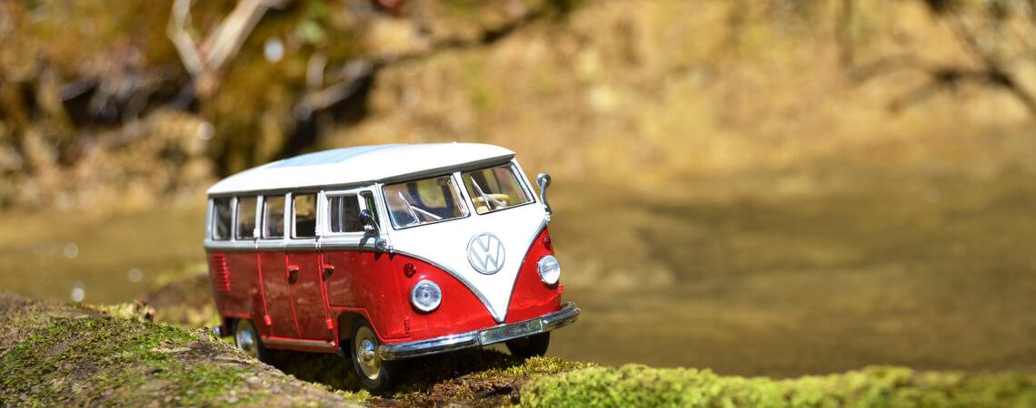 Miniatur VW T1 Bulli vor Bach
