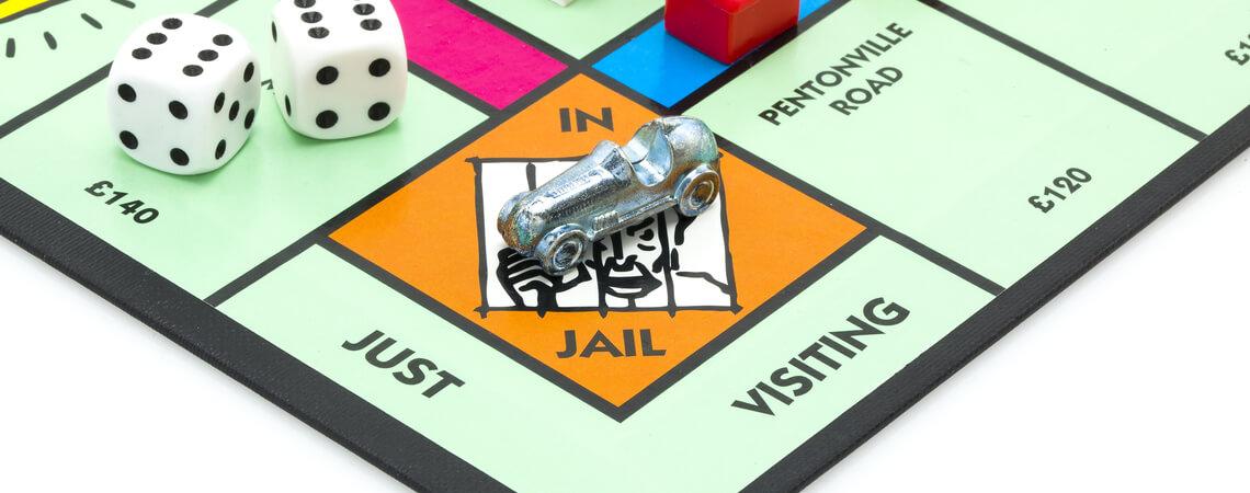 Monopoly-Figur im Gefängnis