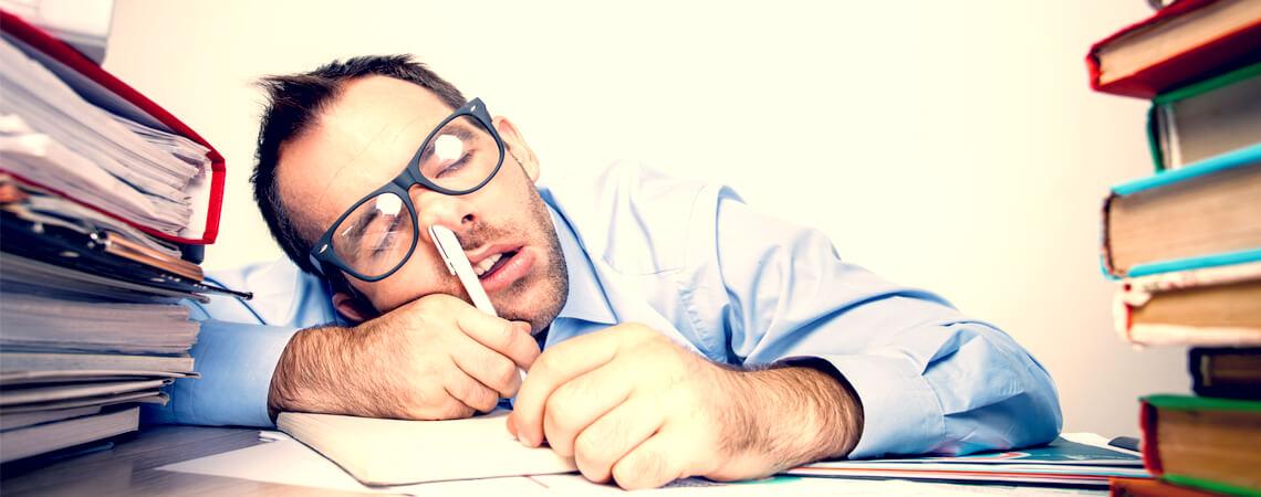 Schlafender Beamter