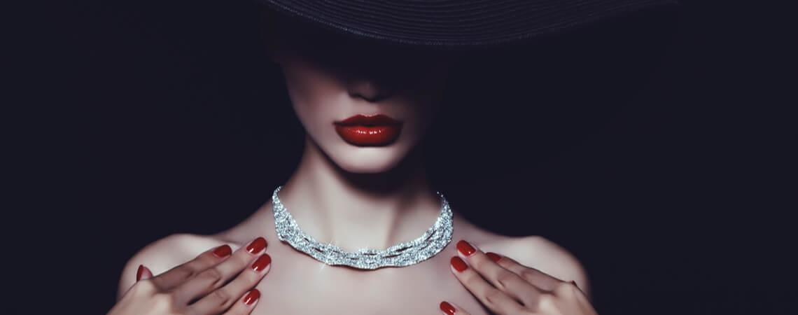 Luxus-Lady mit Hut und Schmuck