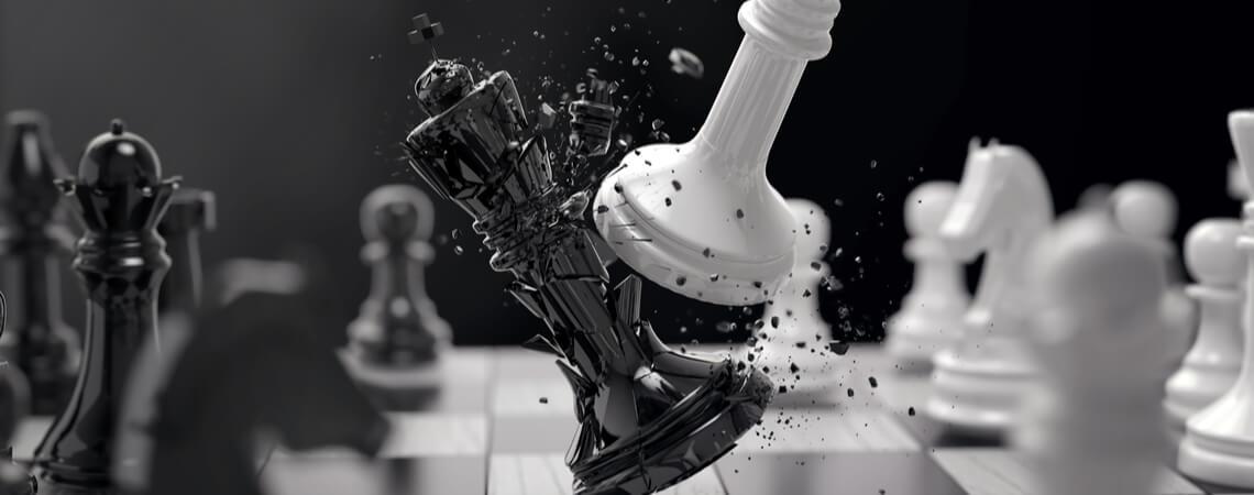 Weiße Schachfigur schlägt schwarze Figur.