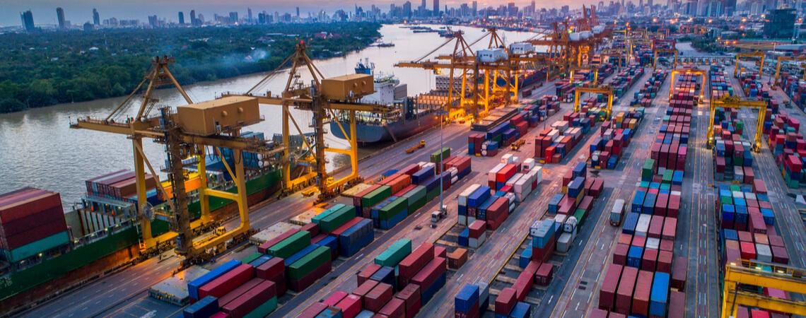Container-Schiffe am Hafen