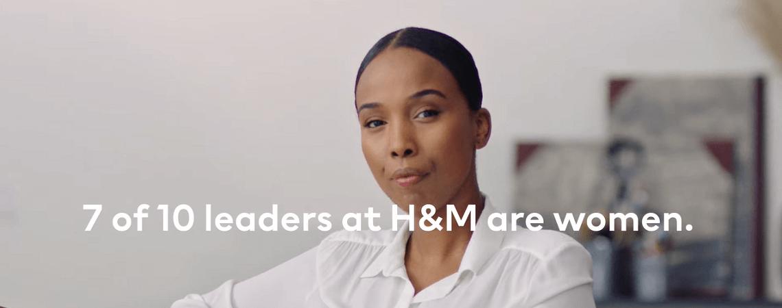 Frau und Schriftzug bei H&M sind 7 von 10 Führungskräften Frauen