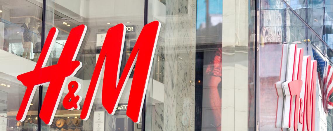 H&M Filiale mit H&M-Schriftzug