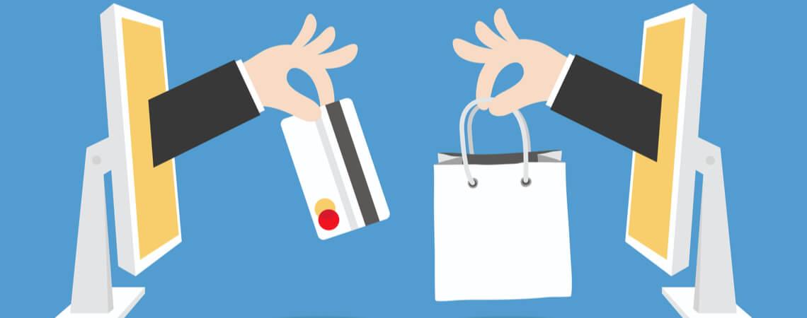 Hände reichen sich durch Bildschirm Kreditkarte und Tüte