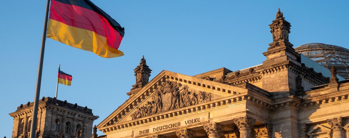 Reichstagsgebäude mit Fahne im Vordergrundsgebäude mit Fahne im Vordergrund