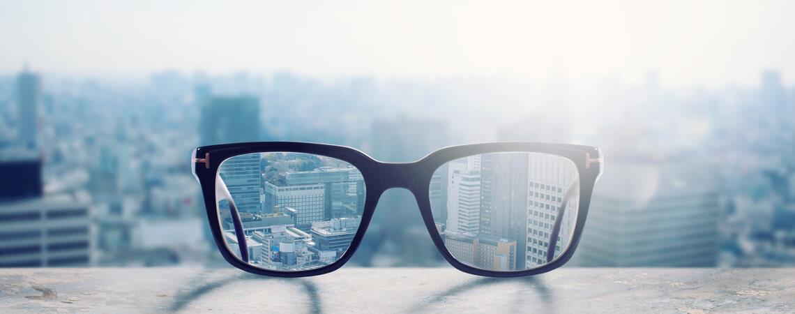 Klar durch eine Brille sehen