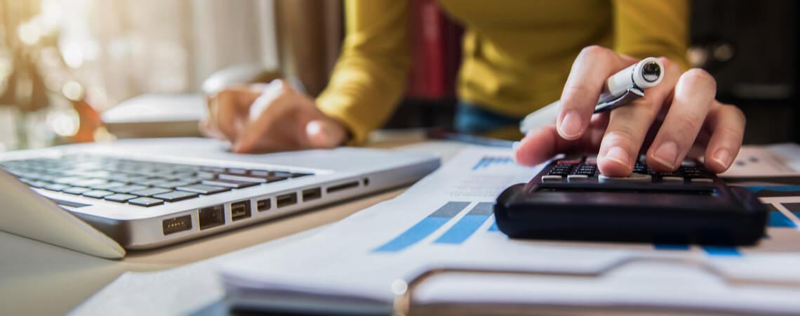 Unternehmerin mit Laptop und Rechnungen