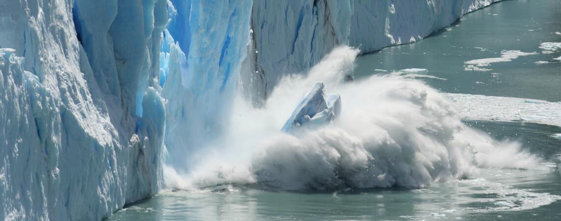 Eisscholle fällt ins Meer