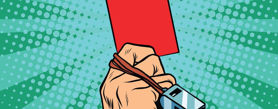 Rote Karte wird nach oben gehalten