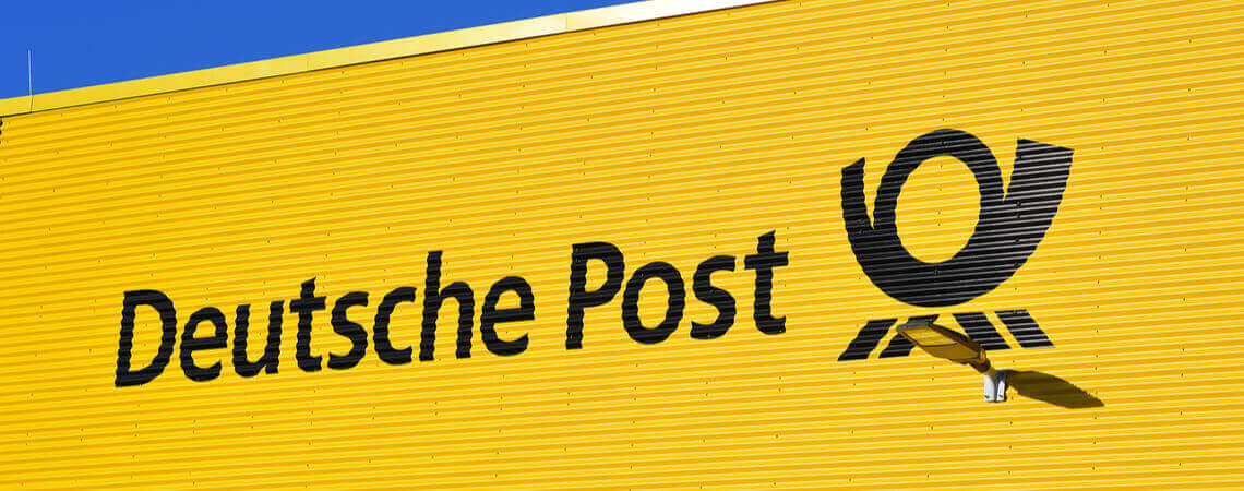 Logo der Deutschen Post an einem Gebäude