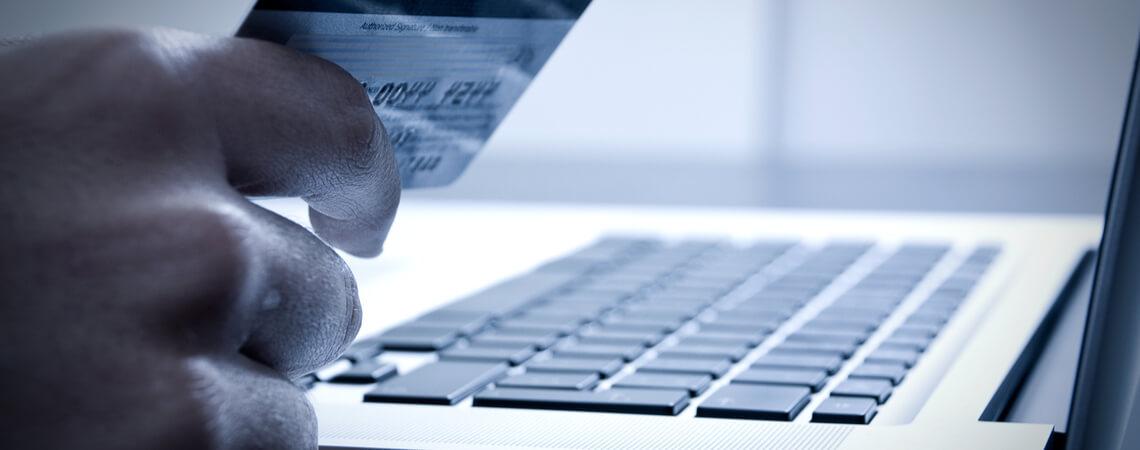 Online-Handel: Kreditkarte und Laptop