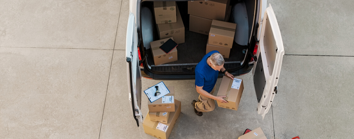 Paketfahrer vor Fahrzeug