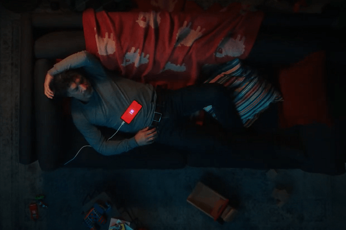Schlafender Mann mit Handy