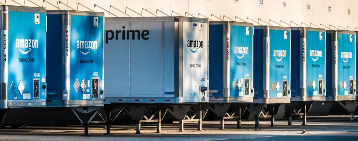 Amazon-Auflieger vor dem Logistik-Zentrum