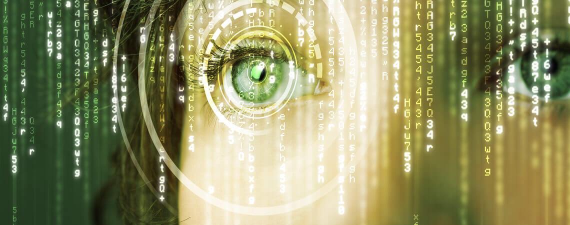 der digitalisierte Mensch: Gesicht einer Frau mit digitalen Symbolen