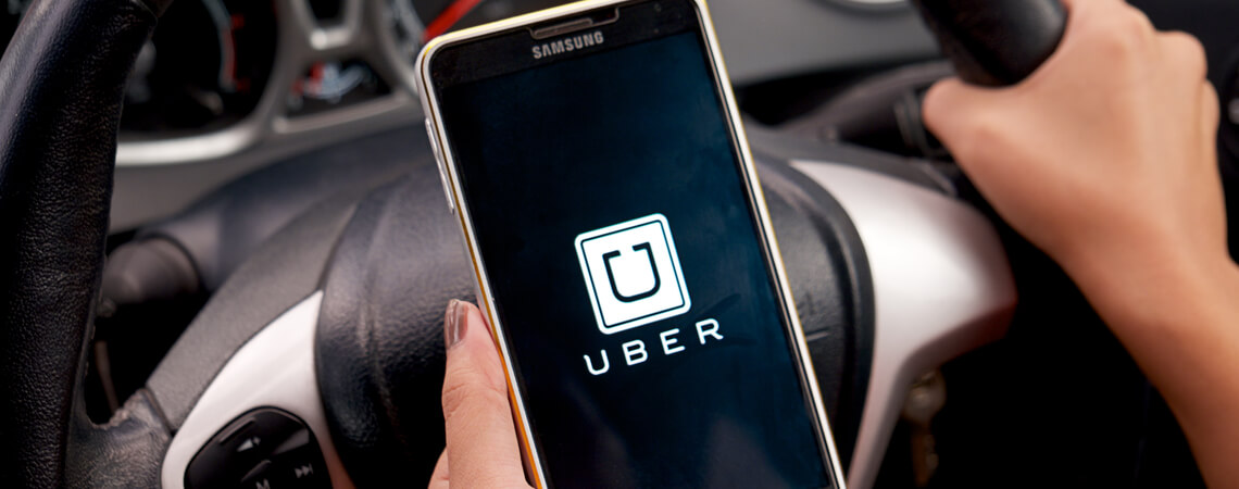 Smartphone mit Uber-Logo