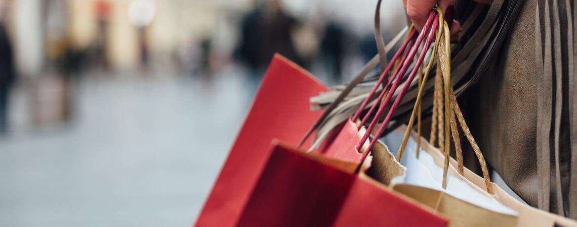Person mit Einkaufstüten