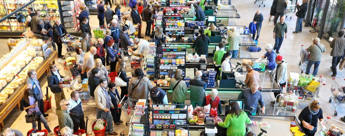 Supermarktkasse mit langer Schlange
