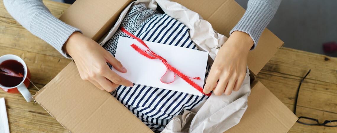 Kleidung in Paket verpacken