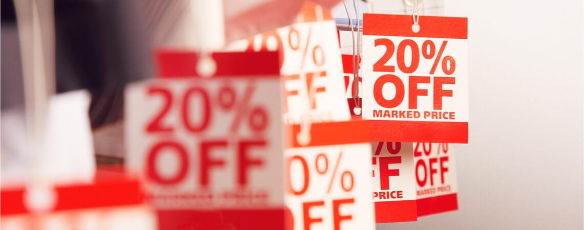 Sale-Schilder im Geschäft