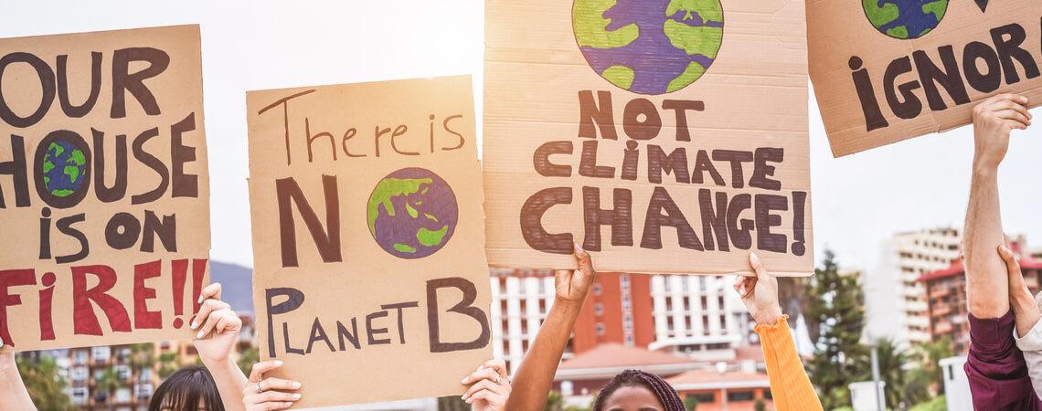Plakate von Klimaaktivisten