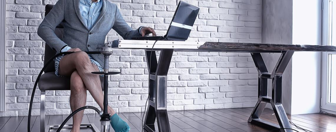 Mann am PC ohne Hose