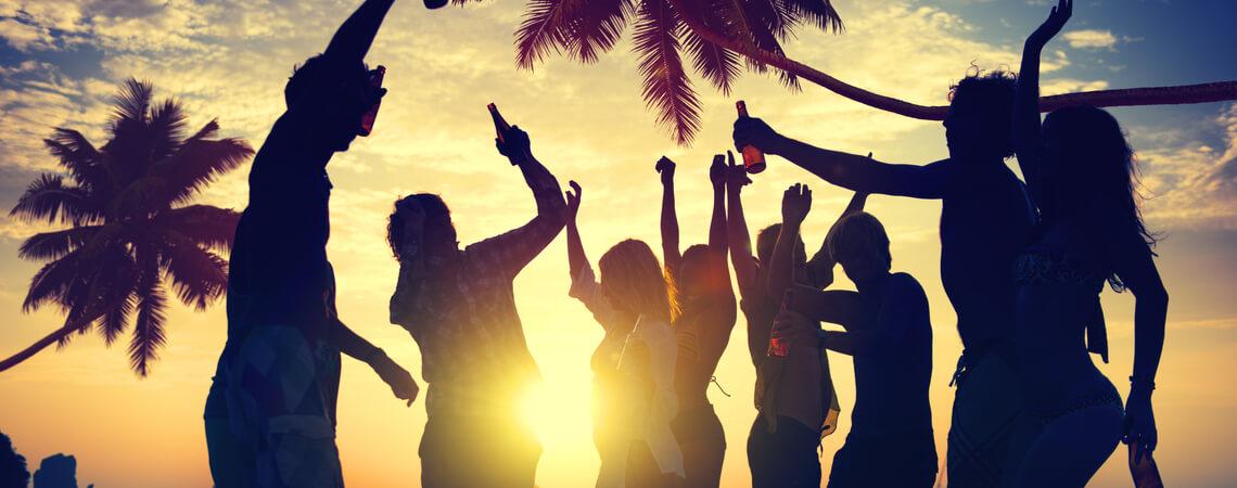 Party am Strand unter Palmen