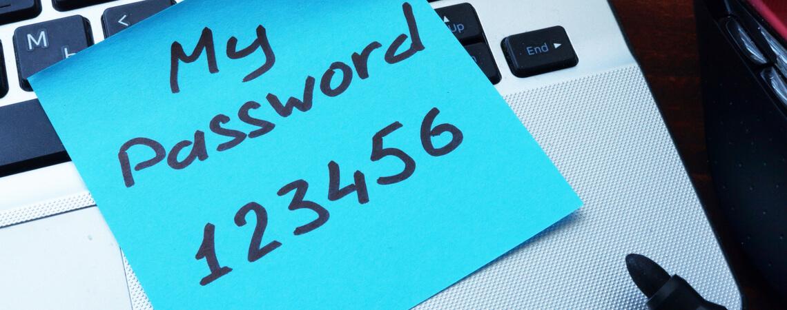 Passwort-Post-It auf Laptop