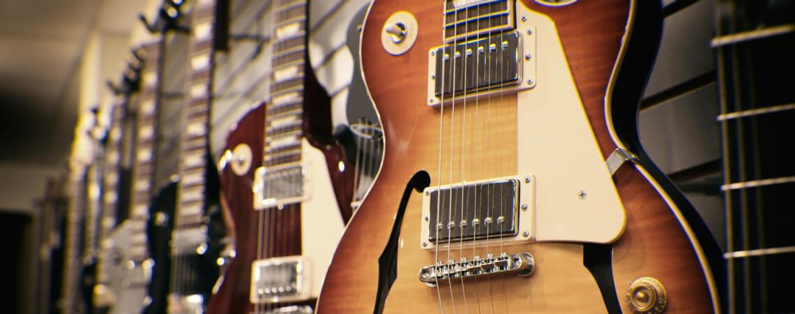 Gitarren im Geschäft