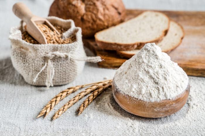 Brot und Mehl auf einem Tisch