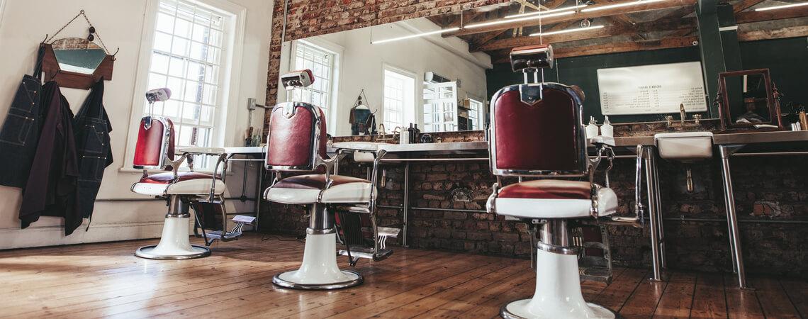 Leere Stühle in einem Friseur-Salon