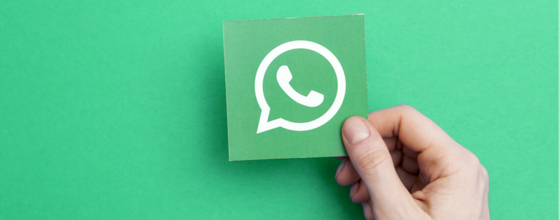 WhatsApp-Logo vor gründem Hintergrund