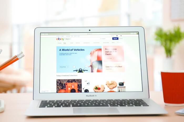 Schreibtisch mit Laptop und Ebay-Startseite